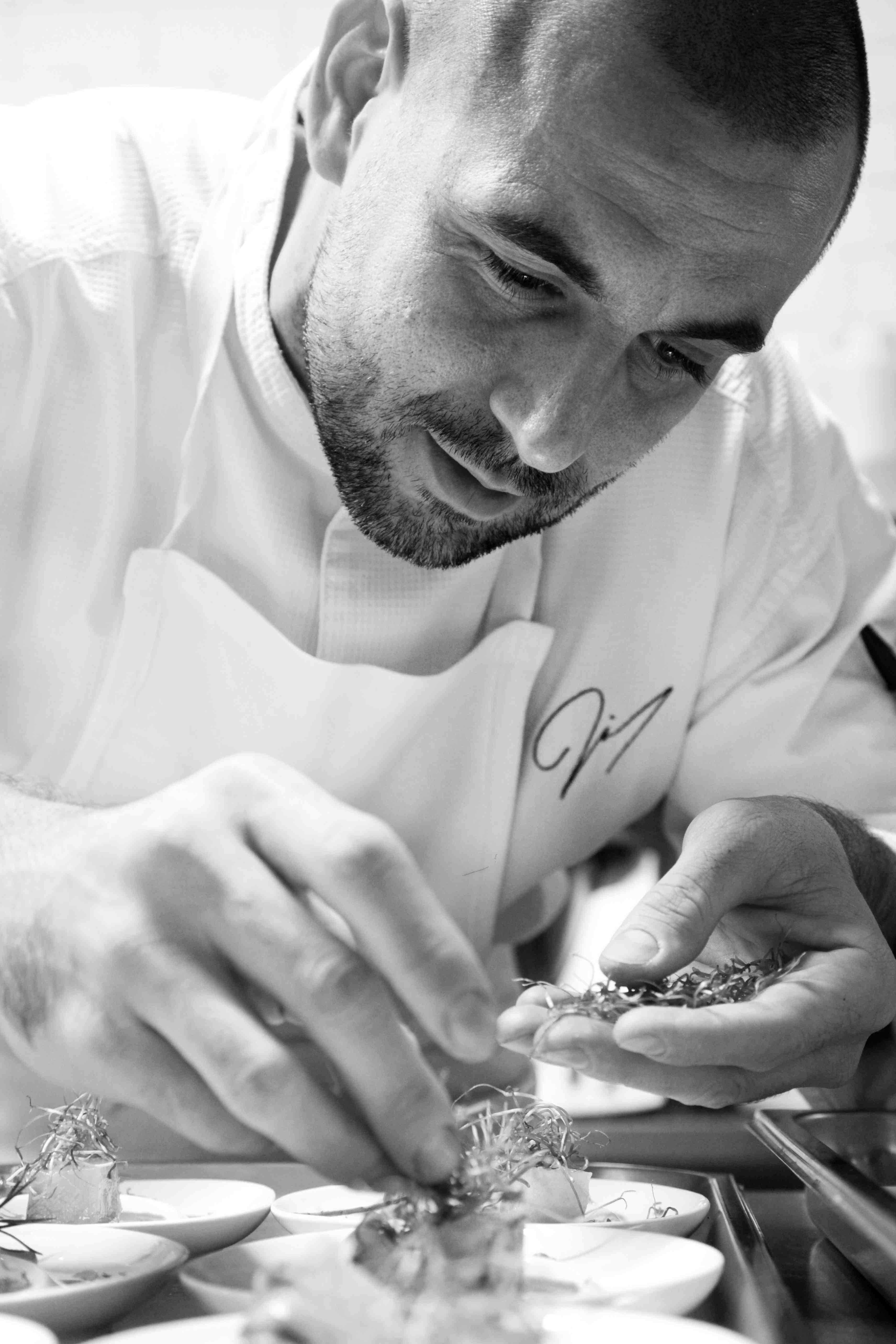 Julien Diaz dressant une assiette...